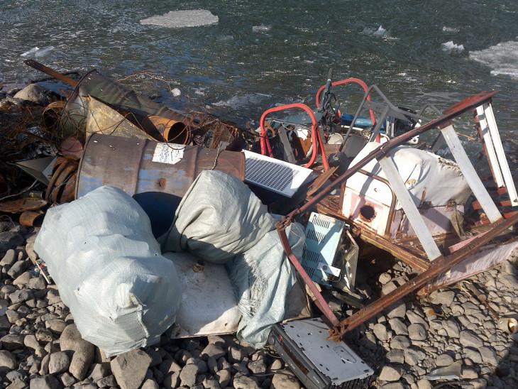 Технический мусор у уреза воды